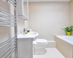 Een loodgieter inschakelen voor het verbouwen van je badkamer