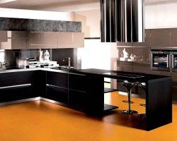 Zwarte design kranen in een moderne keuken