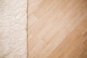 Wordt het tapijt of toch laminaat? Voordelen en nadelen per vloertype