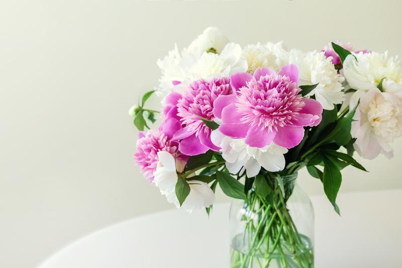 Salontafel stylen met bloemen en planten