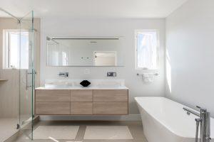 Met deze tips laat je een donkere badkamer lichter lijken