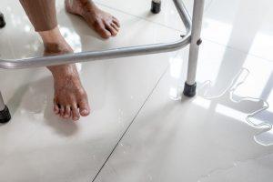 Waar moet je op letten bij een badkamer als je slecht ter been bent?
