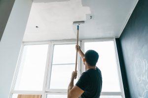 Overschilderen van het plafond zonder druipen: Werk met verstand – maar niet te lang boven het hoofd.